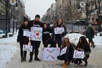 """Ученици от ПГАВТ """"А.С. Попов"""" раздават прегръдки на софиянци по повод Международния ден на прегръдката"""