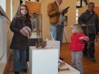 Деца играят с играчки от древността